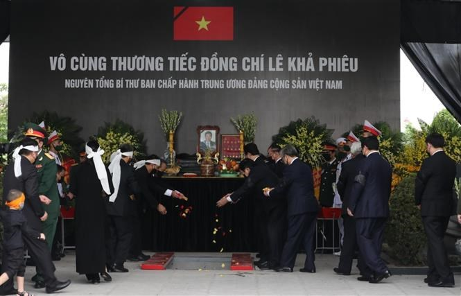 Memorial, burial services held for former Party General Secretary Le Kha Phieu
