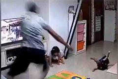 Con gái làm đổ gương, ông bố lao ra giải cứu 'nhanh như chớp'