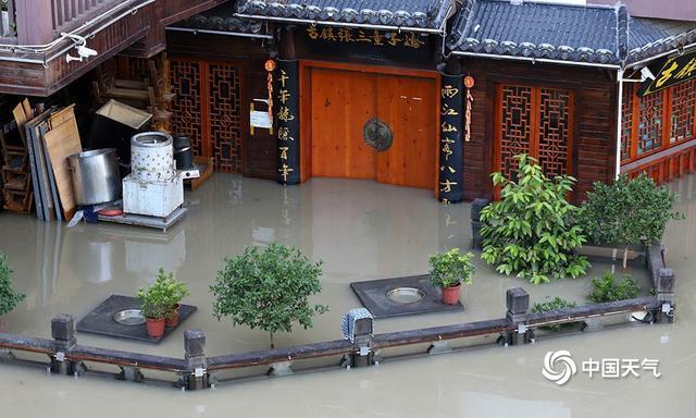 Hình ảnh thị trấn cổ nổi tiếng Trung Quốc chìm trong nước lũ
