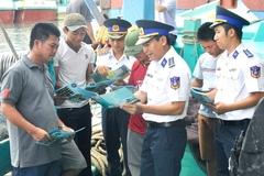 Vùng Cảnh sát biển 2 phát 100 cuốn Luật Cảnh sát biển Việt Nam cho bà con ngư dân xã Hải Khê