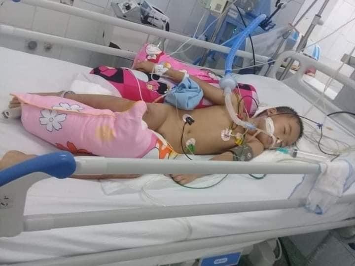 Bé trai 7 tuổi bị xe tông nguy kịch, gia đình nghèo xin giúp đỡ