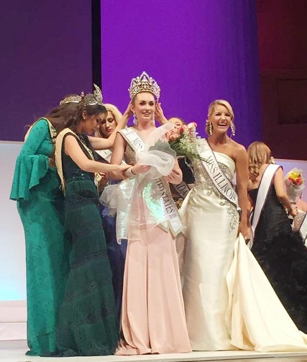Những màn đăng quang hoa hậu 'dở khóc dở cười'