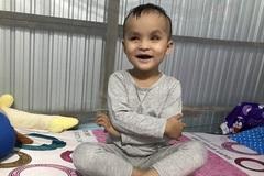 Tiếng cười giòn tan của đứa trẻ mù loà cần 20 triệu đồng chữa bệnh