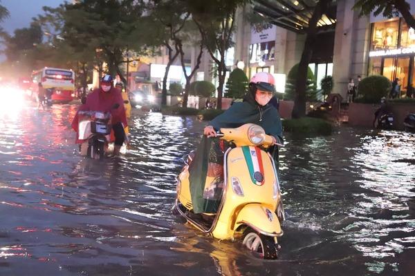 Hà Nội mưa lớn nhiều giờ, hàng loạt tuyến phố ngập sâu