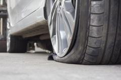 Mẹo lái xe an toàn khi không may bị thủng lốp trên đường