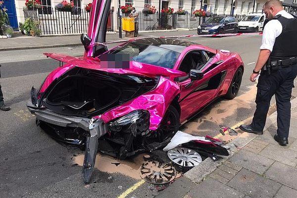McLaren 570S mất lái tông vào Volkswagen Golf vỡ nát