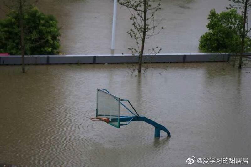 Lở đất kinh hoàng cắt ngang xa lộ ở Trung Quốc