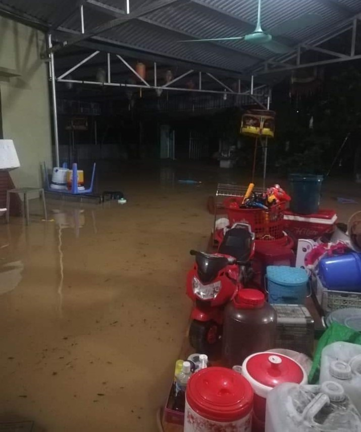 Hanoi: Many streets flood after heavy downpour