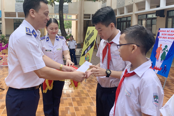 Cảnh sát biển tuyên truyền về tác hại của ma túy cho 2.000 học sinh