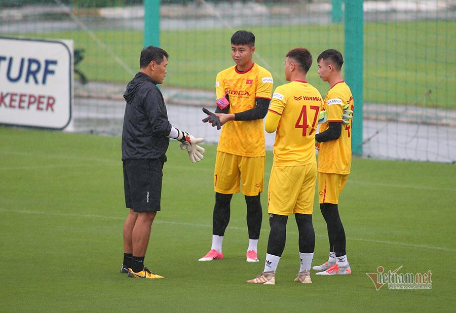 U22 Việt Nam khổ sở vì... thời tiết