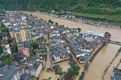 Lở đất cuốn phăng nhiều ôtô ở Trung Quốc, người dân mắc kẹt trên nóc nhà