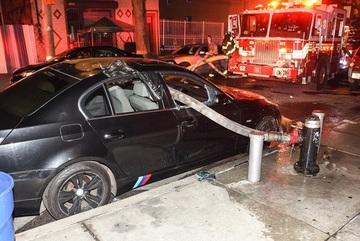 Đỗ chắn lối lính cứu hỏa, xe sang BMW bị đập vỡ kính