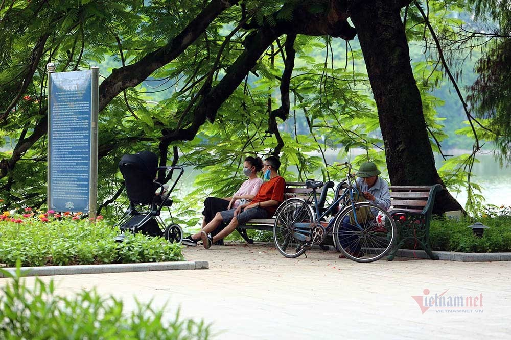 Hà Nội ngày đầu giãn cách hàng quán, nơi ngồi cách xa, chỗ tụm ba tụm bẩy