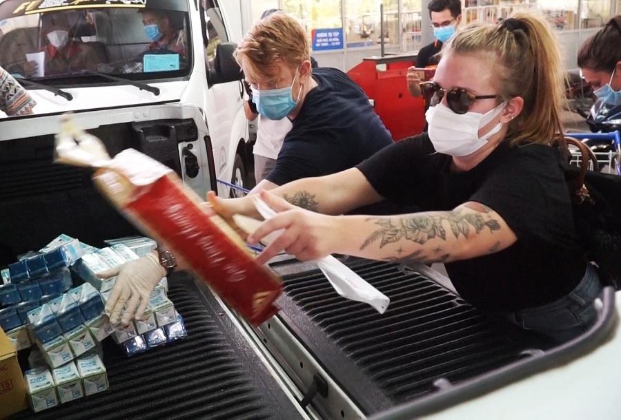 Người nước ngoài mua nhu yếu phẩm tiếp sức Đà Nẵng chống dịch