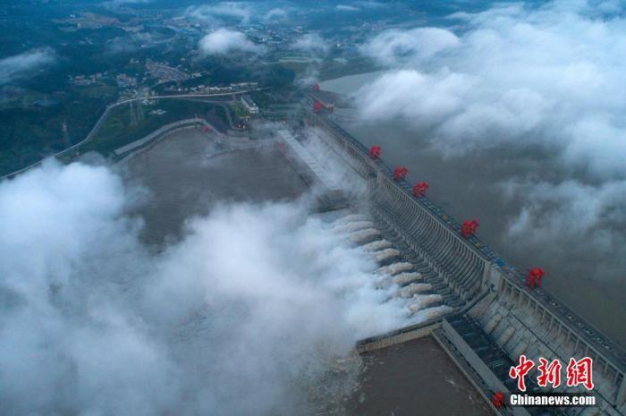 Đập Tam Hiệp mở 10 cửa xả lũ, nước cuồn cuộn đổ xuống hạ lưu