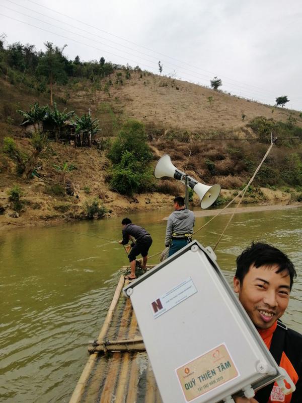 'Cõng' loa lên núi cùng người dân phòng chống dịch