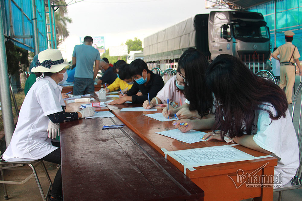 Quảng Ninh lập chốt đo thân nhiệt người vào tỉnh