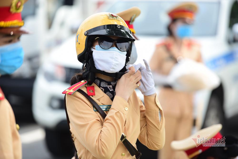 Bóng hồng luyện lái xe đặc chủng dẫn đoàn trước ngày ra mắt ở TP.HCM