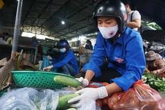 Những shipper áo xanh đi chợ giúp người dân trong khu phong tỏa