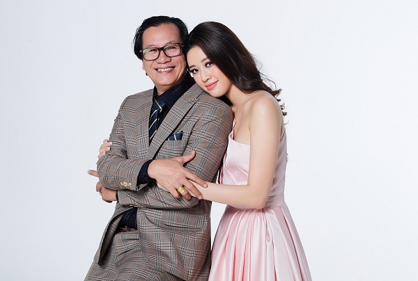Hoa hậu Khánh Vân chụp ảnh bên người thân