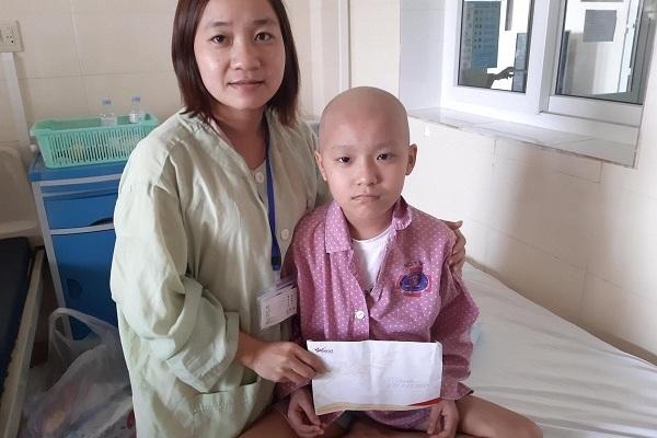 Trao gần 200 triệu đồng của độc giả tới bé Lê Phương Chi bị ung thư xương