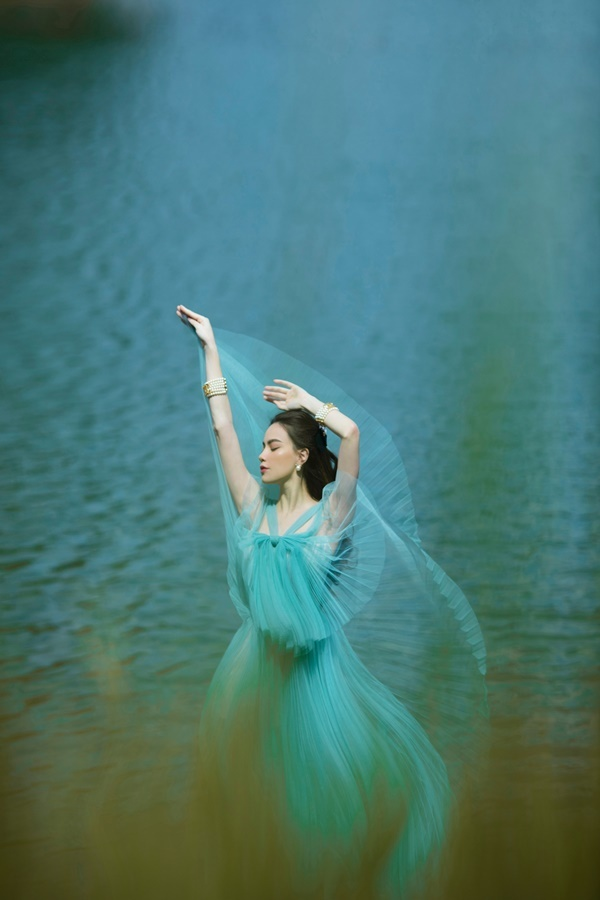 Hồ Ngọc Hà đẹp mơ màng bên hồ ở Đà Lạt