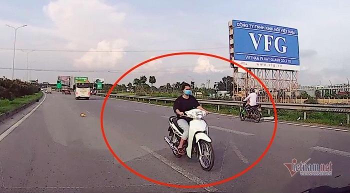 Cô gái trẻ đầu trần phóng xe máy ngược chiều trên cao tốc