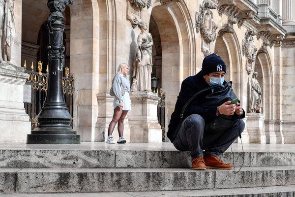Khẩu trang, sợ hãi và bi hài: NCoV, virus thay đổi văn hóa Pháp