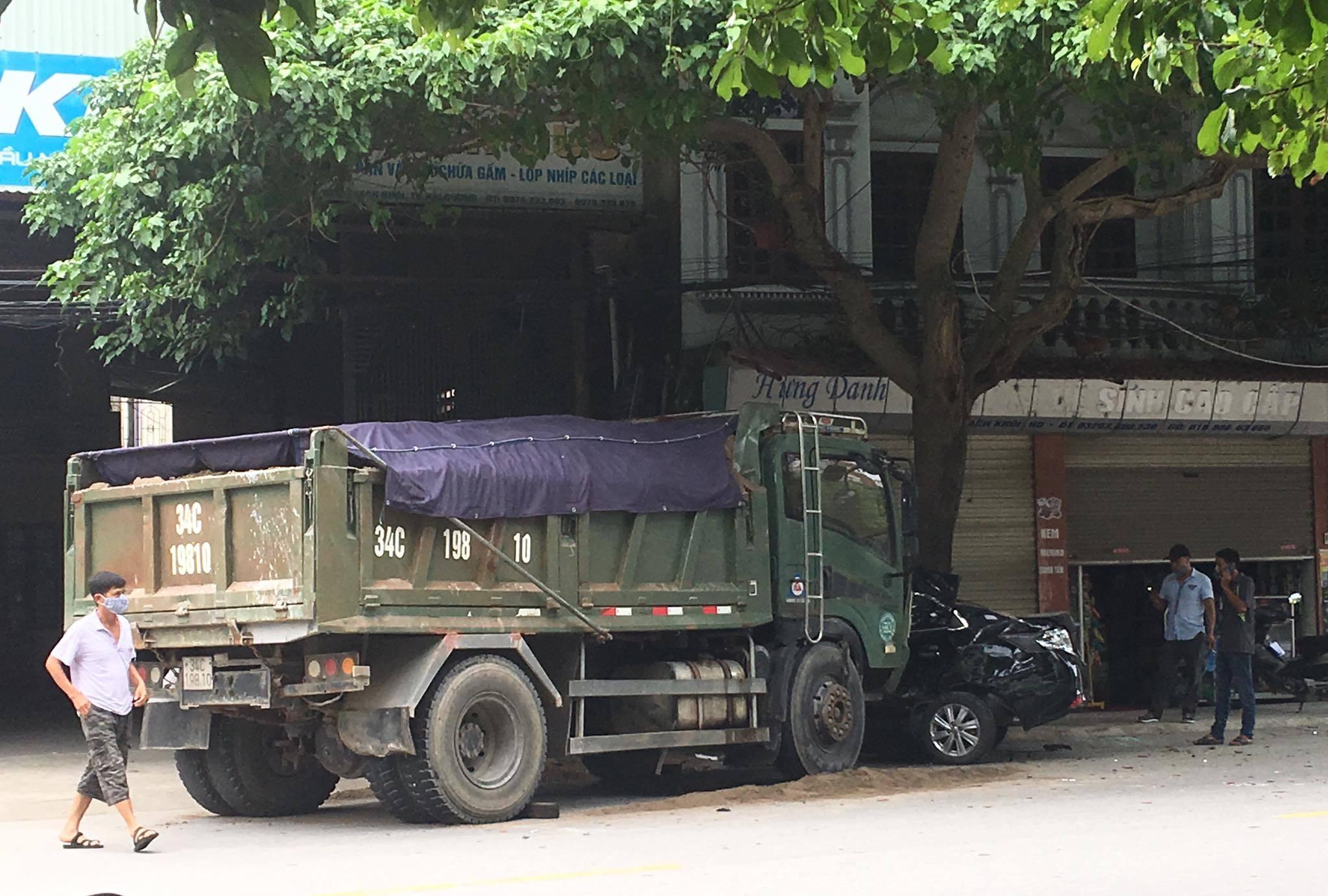 Hải Dương: Xe tải đâm ô tô con bẹp rúm, văng dính gốc cây