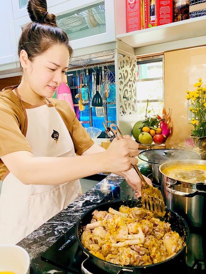 Doanh nhân Matt Liu ăn tối, tặng hoa kỷ niệm 2 tháng yêu Hương Giang