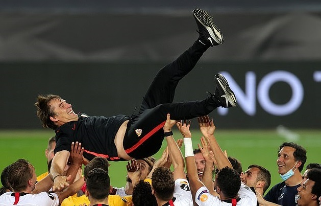 HLV Lopetegui bật khóc khi Sevilla vô địch Europa League