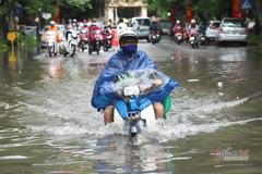 Mưa to dội xuống lúc sáng sớm, người Hà Nội vật lộn với 'biển nước'
