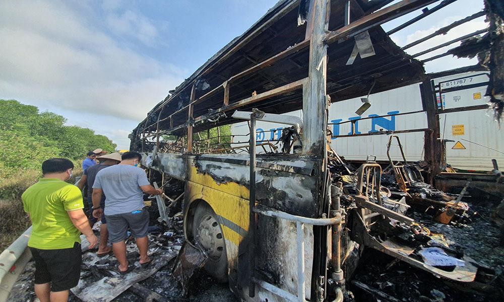 Xe khách chở 10 người bốc cháy ngùn ngụt khi đang chạy ở Hà Tĩnh