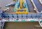 Lắp cửa van nặng 460 tấn ngăn thuỷ triều ở dự án chống ngập 10.000 tỷ