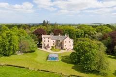 Lâu đài tuyệt đẹp màu hồng đào ở Scotland