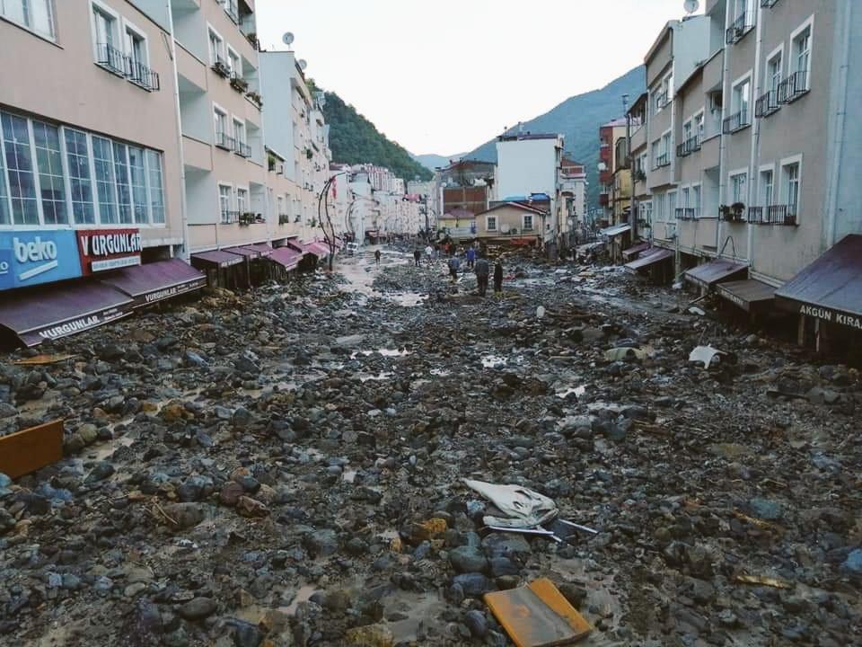 Nhiều ô tô 'ngụp lặn' trong lũ tại Thổ Nhĩ Kỳ
