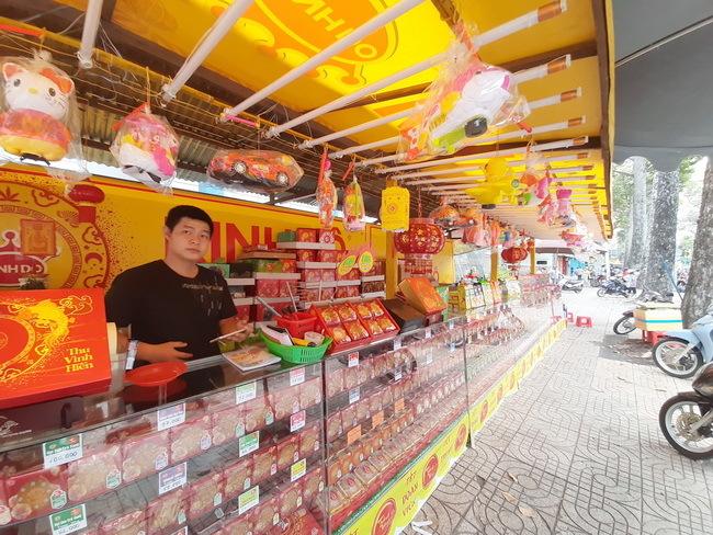 Thị trường bánh trung thu: Giá tăng, khách mua èo uột