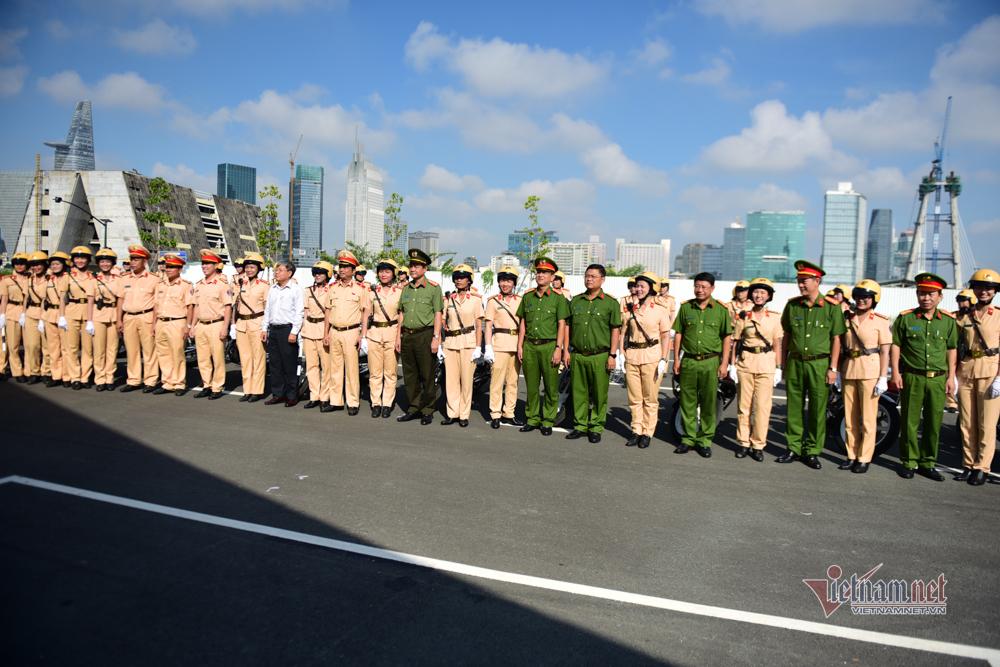 Đội hình 58 bóng hồng lái xe đặc chủng dẫn đoàn đầu tiên ở TP.HCM
