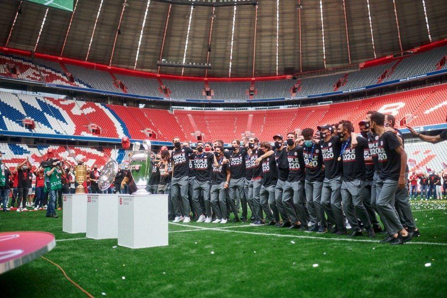 Những người hùng Bayern về nước, ăn mừng hiếm có
