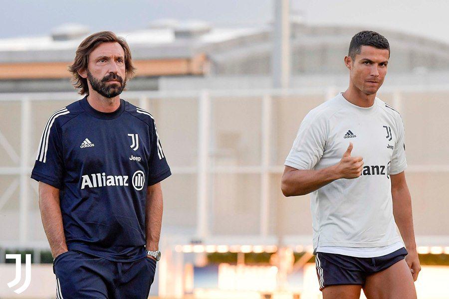 Pirlo lạnh lùng bên cạnh Ronaldo trong buổi tập đầu tiên ở Juventus