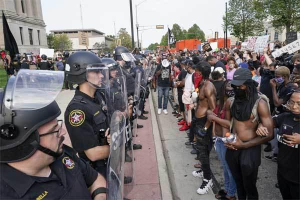 Bạo động lại bùng lên ở Mỹ sau vụ cảnh sát bắn người da đen