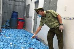 Bắt 47 tấn găng tay y tế đã sử dụng, hàng nghìn quần áo giả