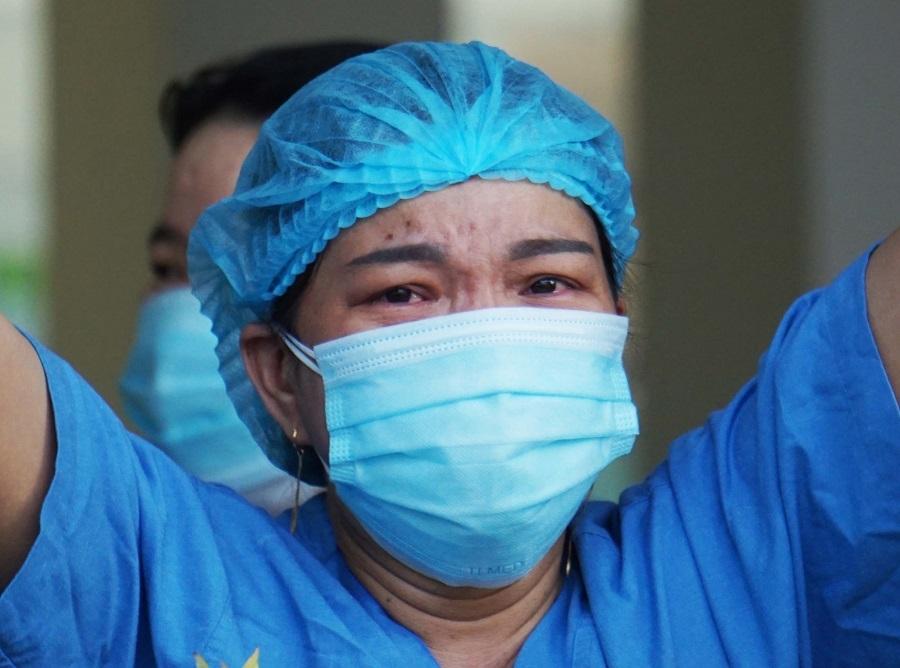 Y bác sĩ BV Đà Nẵng ôm nhau bật khóc khi được dỡ lệnh phong tỏa