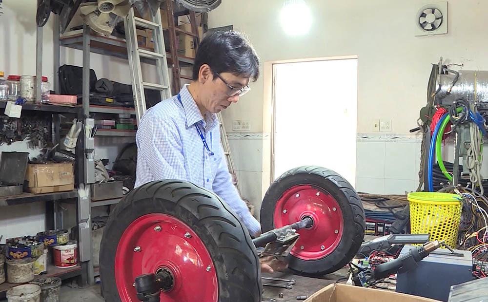 Thầy giáo trẻ chế tạo robot phục vụ trong khu điều trị Covid-19