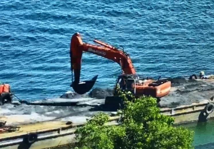 Phạt hơn 750 triệu một công ty lén lút đổ 2 tấn chất thải xuống biển