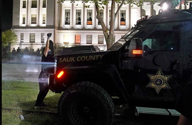 Bạo lực leo thang, ông Trump điều vệ binh quốc gia tới Wisconsin