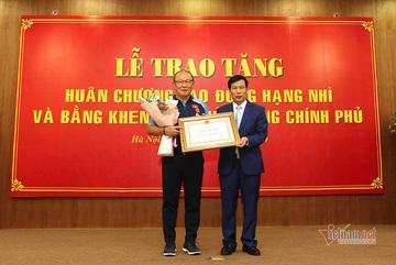 Korean coach Park Hang Seo receives Vietnam's Labor Medal