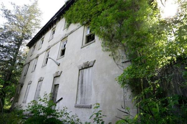 Ngỡ ngàng loạt biệt thự tuyệt đẹp bị bỏ hoang cho cây leo, rêu mọc