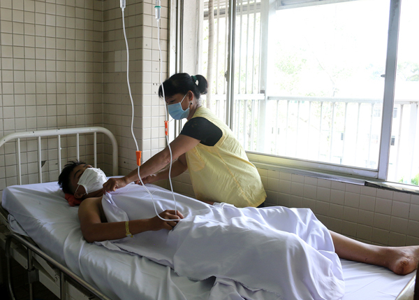 Thiếu niên bị chém đứt lìa chân không thể nối lại vì xương dập nát