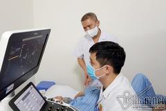 Bác sĩ Việt thay lại van tim cho bệnh nhân không vết mổ